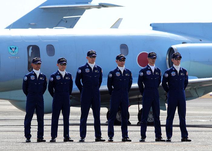 整列する6人のパイロット。
